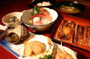 帆立焼き・つぼ焼き・塩辛・山菜・香味・お吸い物・ライス